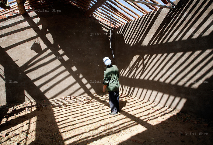 Villagers build a new school with funds from a French NGO in a village near Yuwang, Ningxia Hui Autonomous Region on Thursday, 17 May 2007.  Ningxia is one of the driest regions on earth where human inhabits.