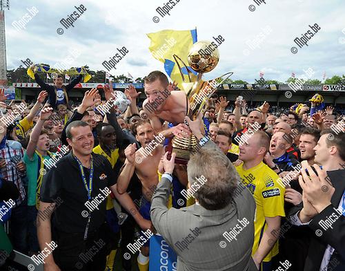 2014-04-27 / Voetbal / seizoen 2013-2014 / KVC Westerlo kampioen in tweede klasse /  Kevin Geudens met de trofee<br /><br />Foto: mpics.be