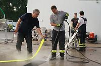 Daniel Glaeser reinigt mit dem Hochdruckstrahl den Schlauch - Moerfelden-Walldorf 14.08.2020: Aufräumarbeiten bei der Feuerwehr Walldorf nach dem großen Waldbrand nahe dem Frankfurter Flughafen, emonline