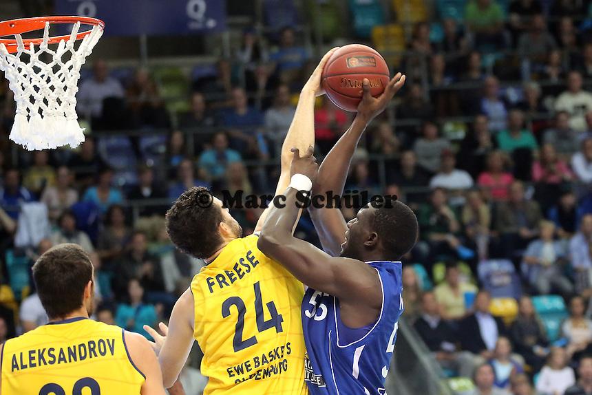 Aziz N'Diaye (Skyliners) gegen Jannik Freese (EWE) - Fraport Skyliners vs. EWE Baskets Oldenburg, Fraport Arena Frankfurt