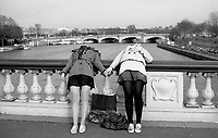 Paris (&icirc;le de france)<br /> <br /> Deux jeunes filles sur le pont alexandre 3 main dans la main.<br /> <br /> Two girls on the bridge Alexandre 3 together.