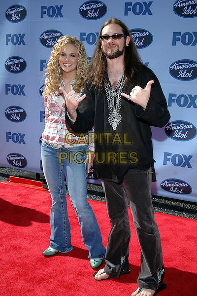 "CARRIE UNDERWOOD & BO BICE.""American Idol"" Season 4 Finale held at The Kodak Theatre..May 25th, 2005.Photo Credit: Jacqui Wong/AdMedia.full length jeans denim flip flops hand gesture sunglasses shades.www.capitalpictures.com.sales@capitalpictures.com.© Capital Pictures."