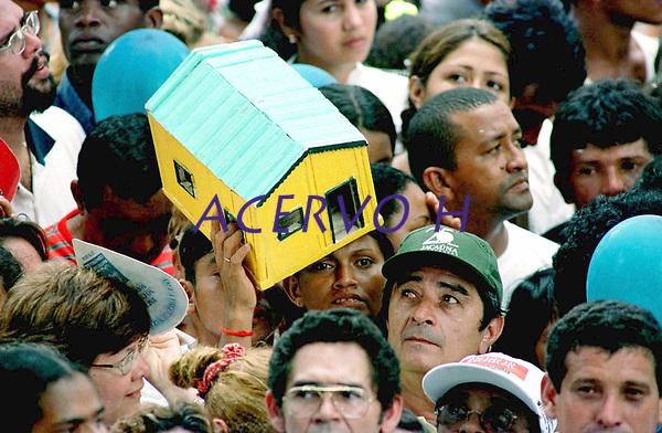 Pagadores de promessa levam objetos durante a prociss&atilde;o para agradecer  Nossa Senhora de Nazar&eacute; a uma gra&ccedil;a alcan&ccedil;ada . A romaria com cerca de 1.500.000 de pessoas &eacute; considerada uma das maiores prociss&otilde;es religiosas do planeta.<br />Bel&eacute;m- Par&aacute;-Brasil<br />&copy;Foto:Paulo Santos/Interfoto<br />14/10/2001