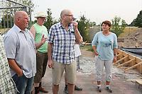 Teilnehmer der Radtour hören Gerd Zöllnr (1. Vorsitzende Verein FFW Worfelden) zu bei der Beschreibung der Baumaßnahmen für den Anbau