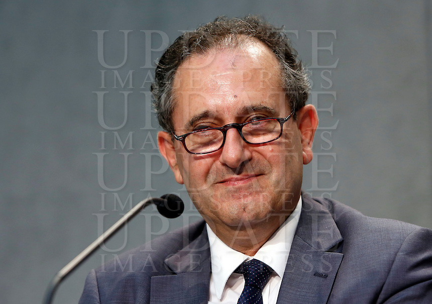 Il membro laico maltese del Consiglio per l'Economia del Vaticano Joseph Zahra durante la conferenza stampa sul nuovo quadro economico della Santa Sede presso la Sala Stampa Vaticana, 9 luglio 2014.<br />