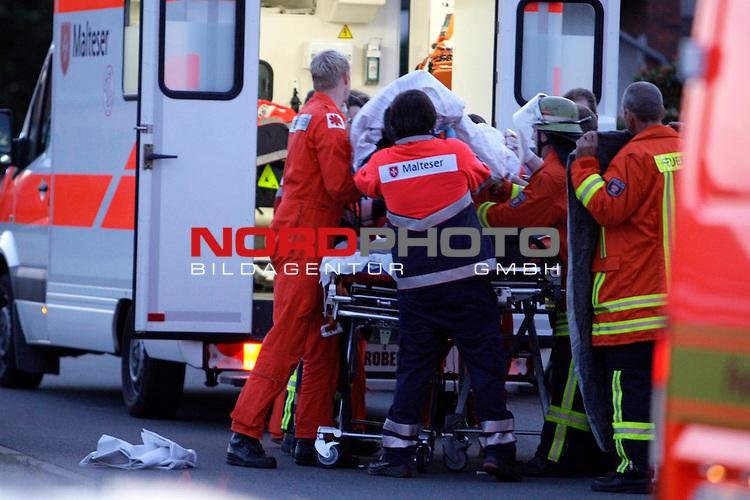 Zu einer tragischen Auseinandersetzung mit zwei Toten und einem lebensgef&auml;hrlichen endete am MOntag abend das Fussballspiel im nds vechta. Die 48 Mutter und 17 Tochter wurden durch Messerstiche von einem noch fl&uuml;chtigen T&auml;tetr get&ouml;tet - der 51 j&auml;hrige Lebensgef&auml;hrte der Mutter wurde mit lebensgef&uuml;&auml;hrlichen Verletzungen in ein  Bremer Krankenhaus geflogen<br /> <br /> der 51 j&auml;hrige Lebensgef&auml;hrte wird mit lebensgef&auml;hrlichen Verletzungen in ein Bremer Krankenhaus geflogen<br /> <br /> Foto: &copy; nph ( nordphoto )