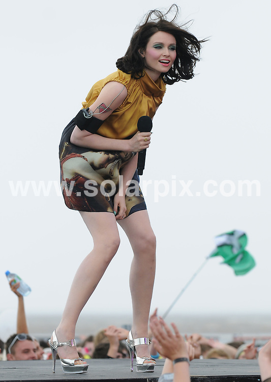 **ALL ROUND PICTURES FROM SOLARPIX.COM**.**WORLDWIDE SYNDICATION RIGHTS**.T4 on the Beach at Weston-super-Mare, UK. 19 July 2009..This pic: Sophie Ellis-Bextor..JOB REF: 9593 SSD     DATE: 19_09_2009.**MUST CREDIT SOLARPIX.COM OR DOUBLE FEE WILL BE CHARGED**.**MUST NOTIFY SOLARPIX OF ONLINE USAGE**.**CALL US ON: +34 952 811 768 or LOW RATE FROM UK 0844 617 7637**