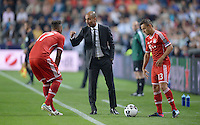 FUSSBALL  SUPERCUP  FINALE  2013  in Prag    FC Bayern Muenchen - FC Chelsea London          30.08.2013 Trainer Pep Guardiola (Mitte) gibt Jerome Boateng (li) und Rafinha (re, alle FC Bayern Muenchen) Anweisungen