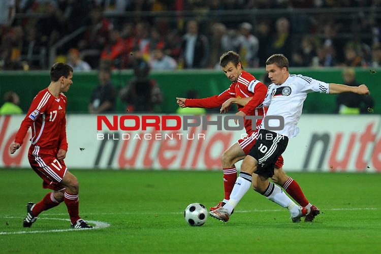 Fussball, L&auml;nderspiel, WM 2010 Qualifikation Gruppe 4 Westfalen Stadion Dortmund ( SIGNAL IDUNA PARK )<br />  Deutschland (GER) vs. Russland ( RUS )<br /> <br /> Lukas Podolski  (Ger /  Bayern Muenchen #10) gegen rus 18 und Sergue&iuml; Semak  (RUS #11) <br /> <br /> Foto &copy; nph (  nordphoto  )<br />  *** Local Caption ***