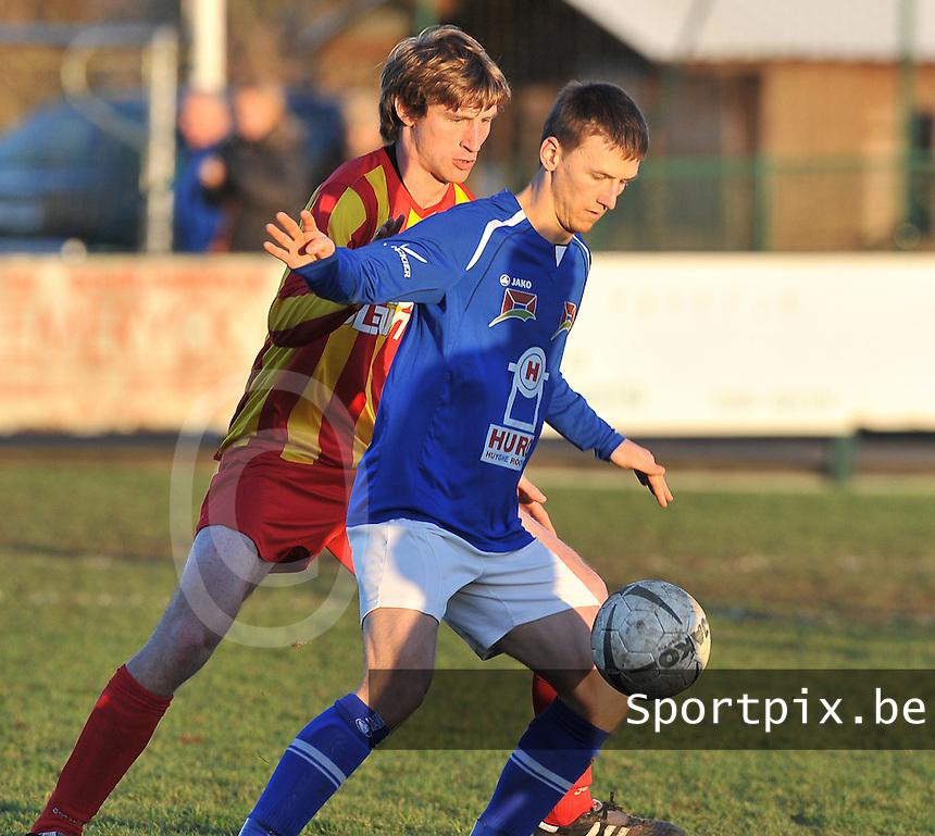 SK Oostnieuwkerke - VG Oostende : Kevin Wullaert aan de bal voor Adam Braems.foto VDB / BART VANDENBROUCKE