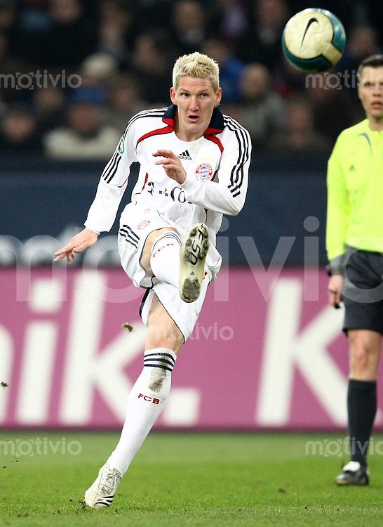 FUSSBALL     1. BUNDESLIGA/DFB POKAL     SAISON 2007/2008 Bastian SCHWEINSTEIGER (FC Bayern Muenchen), Einzelaktion am Ball