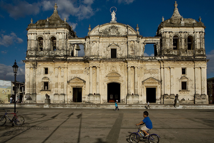 La Catedral de Leon, the largest cathedral in Central America, in parque central, Leon, Nicaragua