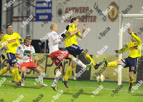 2013-03-09 / Voetbal / seizoen 2012-2013 / R. Antwerp FC - Sint-Niklaas / Dieter Van Tornhout (Antwerp) zorgt voor gevaar in het strafschopgebied van St-Niklaas..Foto: Mpics.be