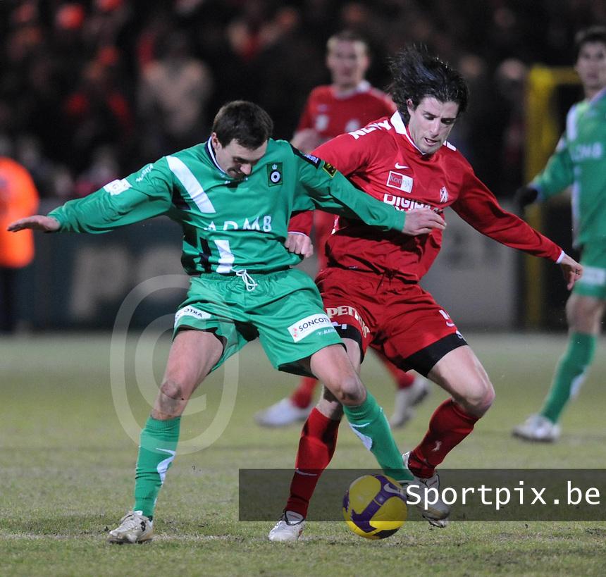 KV Kortrijk - Cercle Brugge..duel tussen Arnar Vidarsson (links) en Davy De Beule (rechts)..foto VDB / BART VANDENBROUCKE