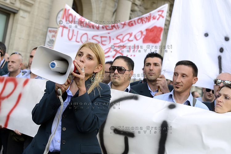 Roma,6 Novembre 2013<br /> Piazza Santi Apostoli<br /> Manifestazione degli autisti e delle autiste dell'ATAC contro le politiche dell'azienda, gli straordinari imposti e per denunciare la carenza di organico.<br /> Centinaia di autisti e autiste autorganizzati ,  rifiutano gli straordinari e rimangono in piazza per protesta, contestando anche la politica dei sindacati .<br /> Nella foto Micaela Quintavalle a capeggiare la protesta spontanea