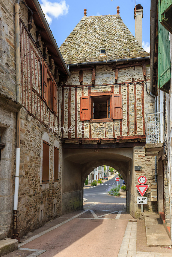 France, Cantal (15), Montsalvy, une des deux porte d'entrée de la cité fortifiée nommée porche nord ou porte d'Aurillac // France, Cantal, Montsalvy, fortified gate also called Aurillac gate