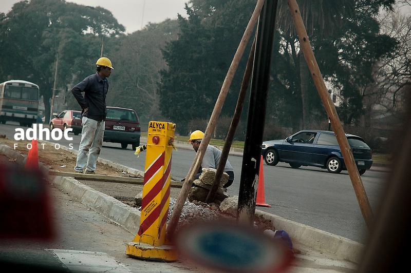Obreros construccion. Trabajos en via publica. Montevideo, 2007.<br /> URUGUAY / MONTEVIDEO / <br /> Foto: Ricardo Ant&uacute;nez / AdhocFotos<br /> www.adhocfotos.com