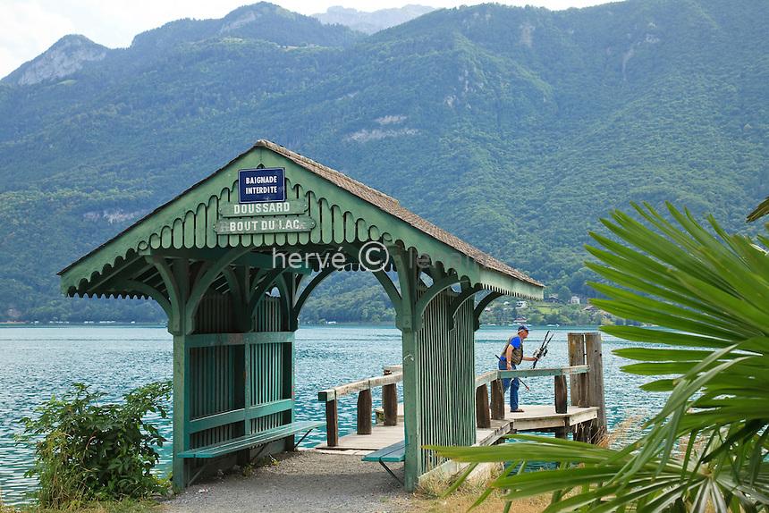 France, Haute-Savoie (74), Doussard, lac d'Anneçy, embarcadère de Doussard-Bout-du-Lac // France, Haute-Savoie, Doussard, lake Anneçy, Pier Doussard-Bout-du-Lac, fisherman