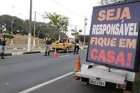 Campinas (SP), 06/04/2020 - Covid-19 - A Prefeitura de Campinas, interior de São Paulo começou na manhã desta quarta-feira (6) os bloqueios no trânsito para dificultar a circulação de veículos e com isso aumentar o isolamento social como forma de prevenção ao novo coronavírus. A ação está sendo feita entre a Emdec (Empresa Municipal de Desenvolvimento de Campinas), Polícia Militar, Policia Civil e Guarda Municipal.<br /> Segundo a Prefeitura, a operação está ocorrendo nos horários de pico, das 7h às 10h e das 16h às 19h, e acontecem até a próxima sexta-feira (8). A intenção é ampliar o índice de isolamento que, segundo as autoridades em saúde, é a forma mais eficaz de evitar a transmissão em larga escala da covid-19. A taxa de isolamento de Campinas medida na última segunda-feira foi de 45% - bem abaixo da necessária, de cerca de 70%.