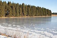 Zugefrorener See, See, Teich im Winter mit Eis, Eisdecke