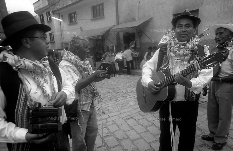 02.2010  Coroico (Bolivia)<br /> <br /> Musiciens en train de jouer dans la rue pendant le carnaval.<br /> <br /> Musicians playing in the street during the carnival.