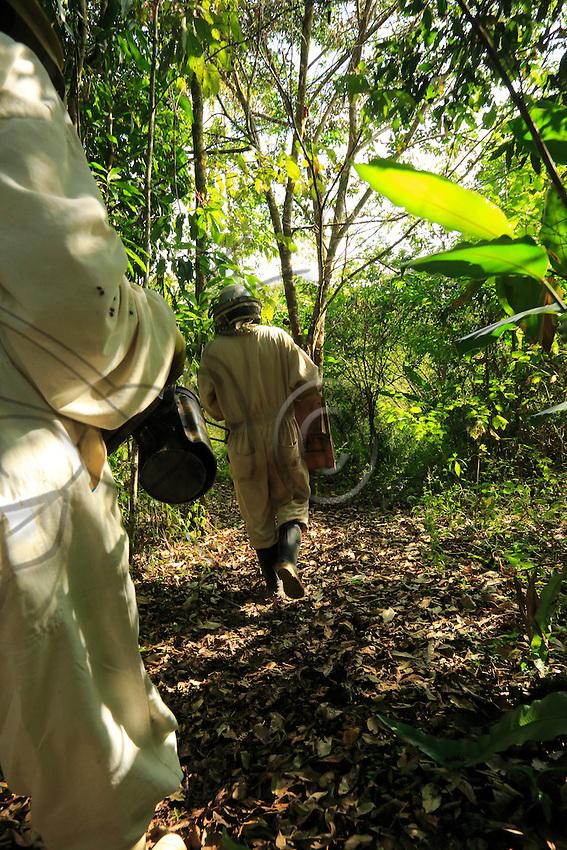In the undergrowth, two beekeepers draw themselves away for a moment of respite.///En sous-bois deux apiculteurs s'éloignent pour un moment de répit.