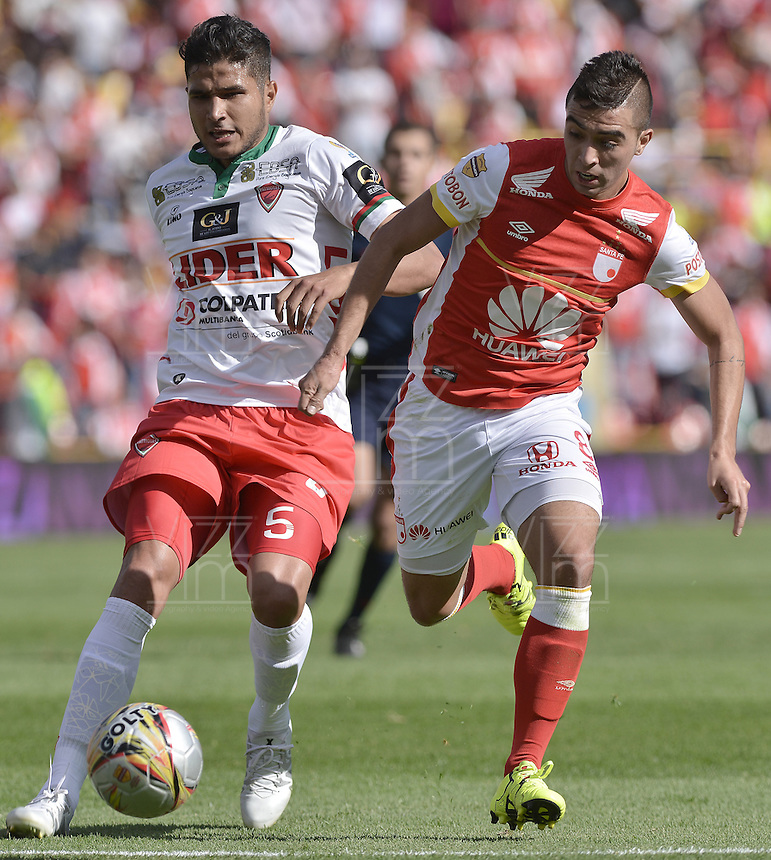 BOGOTÁ -COLOMBIA, 12-09-2015. Dario Rodriguez (Der) jugador de Independiente Santa Fe disputa el balón con Larry Vasquez (Izq) jugador de Patriotas FC durante partido por la fecha 12 de la Liga Aguila II 2015 jugado en el estadio Nemesio Camacho El Campín de la ciudad de Bogotá./ Dario Rodriguez (R) player of Independiente Santa Fe fights for the ball with Larry Vasquez (L) player of Patriotas FC during the match for the 12th date of the Aguila League II 2015 played at Nemesio Camacho El Campin stadium in Bogotá city. Photo: VizzorImage/ Gabriel Aponte / Staff