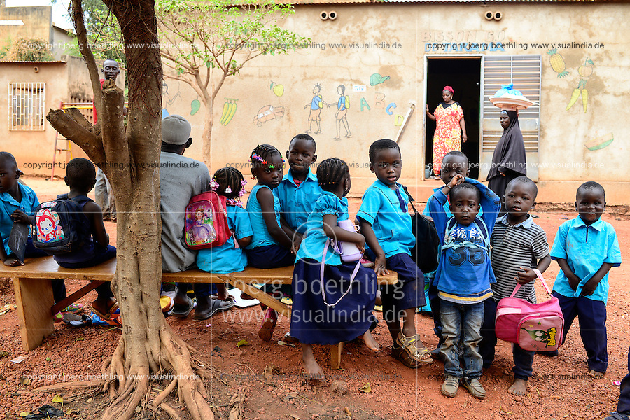 BURKINA FASO , Bobo Dioulasso, children at school / Kinder vor einer Schule