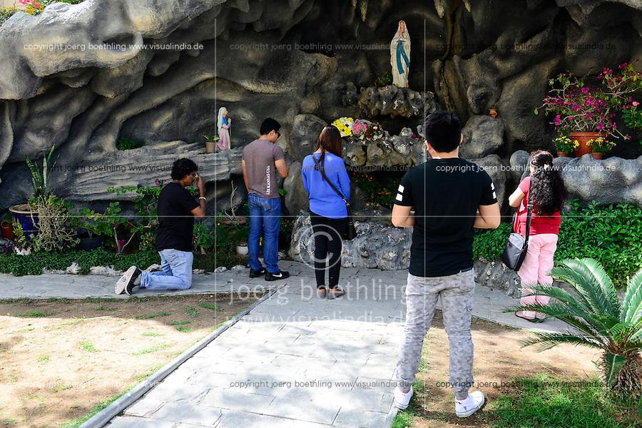 QATAR, Doha, religious complex with churches, filipino migrant worker going to mass on friday, shrine / KATAR, Doha, Religionskomplex mit Kirchen am Stadtrand, katholische Kirche, philippinische Gastarbeiter in Tagalog Messe am Freitag, Schrein
