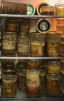 Europe/France/Aquitaine/33/Gironde/Listrac-Médoc:Château Cap-Léon Veyrin Cru Bourgeois de la Famille Meyre le réfrigérateur de Maryse Meyre contient des bocaux de confit et de  grenier médocain ,spécialité du médoc.Charcuterie à base de panse de porc,beaucoup d'épices le tout cuit dans un court bouillon