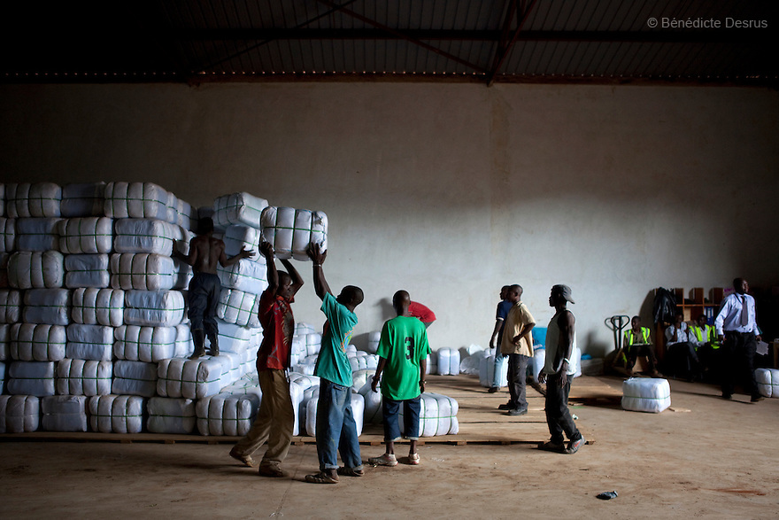 For PSI (USA)<br /> <br /> Distribution of insecticide-treated mosquito nets in communities in Uganda, East Africa