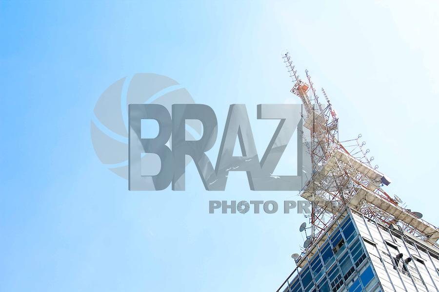 SAO PAULO, SP, 26 DE FEVEREIRO DE 2013 - CLIMA TEMPO - Vista do ceu azul na Avenida Paulista, na regiao central da capital paulista, na manha desta terca-feira, 26. FOTO: ISABELLE ANDRADE / BRAZIL PHOTO PRESS.