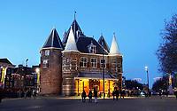 Nederland Amsterdam 2019 . De Waag is een 15e-eeuws gebouw op de Nieuwmarkt in het centrum van Amsterdam. Het was oorspronkelijk een stadspoort. De huidige naam verwijst naar de latere functie als waag. Het gebouw heeft een reeks andere functies gehad, waaronder gildehuis, museum, brandweerkazerne en anatomisch theater. Tegenwoordig is er een cafe - restaurant in gevestigd : In de Waag. Foto Berlinda van Dam / Hollandse Hoogte