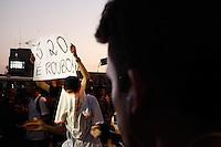 SAO PAULO, SP, 07.06.2013 - PROTESTO AUMENTO PREÇOS TRANSPORTE PÚBLICO SP - Novo protesto contra o aumento das passagens de ônibus, metrô e trens na Avenida Faria Lima, em São Paulo, nesta sexta-feira. Ontem, o Movimento Passe Livre promoveu uma manifestação com o mesmo tema na região central da cidade. O protesto, porém, acabou resultando em confronto e deixou um rastro de vandalismo em avenidas como a 23 de Maio, a Nove de Julho e Paulista. Com isso, 15 pessoas foram detidas. (Foto: Warley Leite / Brazil Photo Press).