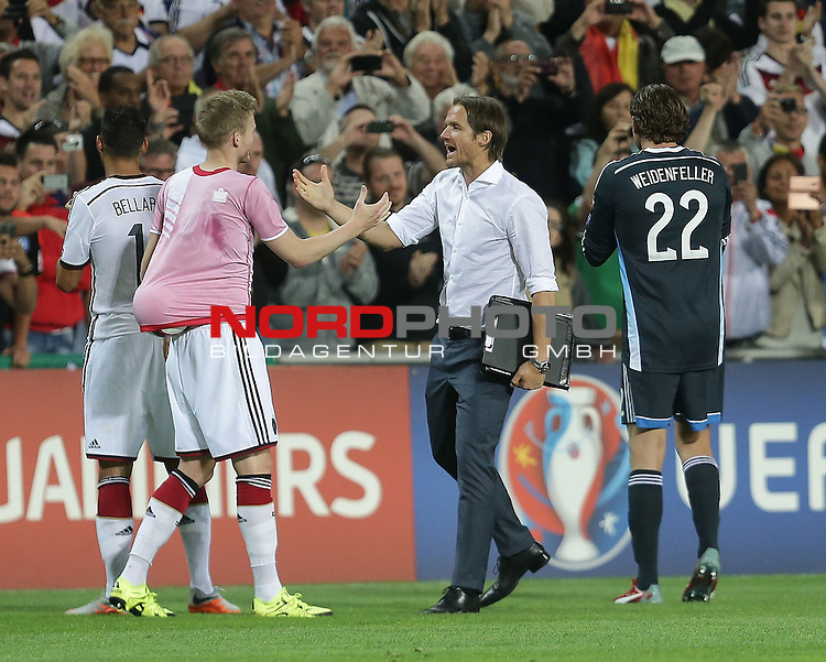 EM 2015 Qualifikationsspiel, Gibraltar vs. Deutschland<br /> Andr&eacute; Sch&uuml;rrle (Deutschland) mit dem Spielball unter dem Trikot, Co-Trainer Thomas Schneider (Deutschland)<br /> Foto &copy; nordphoto /  Bratic