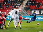 Nederland, Enschede, 18 oktober 2015<br /> Eredivisie<br /> Seizoen 2015-2016<br /> FC Twente-N.E.C. (1-0)<br /> Peet Bijen van FC Twente (half zichtbaar) schiet de bal achter keeper Benjamin Kirsten van N.E.C.