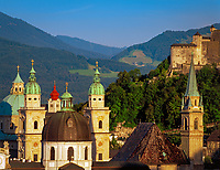 Oesterreich, Salzburger Land, Salzburg, Skyline mit Tuermen und Kuppel des Doms in der Abenddaemmerung | Austria, Salzburger Land, Salzburg, Skyline with cathedral's towers and dome at dusk