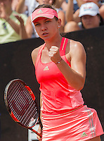 La romena Simona Halep esulta dopo aver vinto un punto contro la statunitense Venus Williams durante gli Internazionali d'Italia di tennis a Roma, 14 maggio 2015. <br /> Romania's Simona Halep reacts after winning a point against Venus Williams, of the USm during the Italian Open tennis tournament in Rome, 14 May 2015.<br /> UPDATE IMAGES PRESS/Riccardo De Luca
