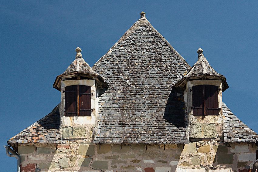 fenetres mansardees dans le village de Turenne.