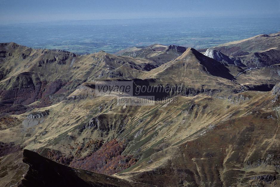 Europe/France/Auvergne/15/Cantal/Parc Naturel Régional des Volcans/Massif du Puy Griou (1694 mètres): Vue aérienne - Au loin les Alpes