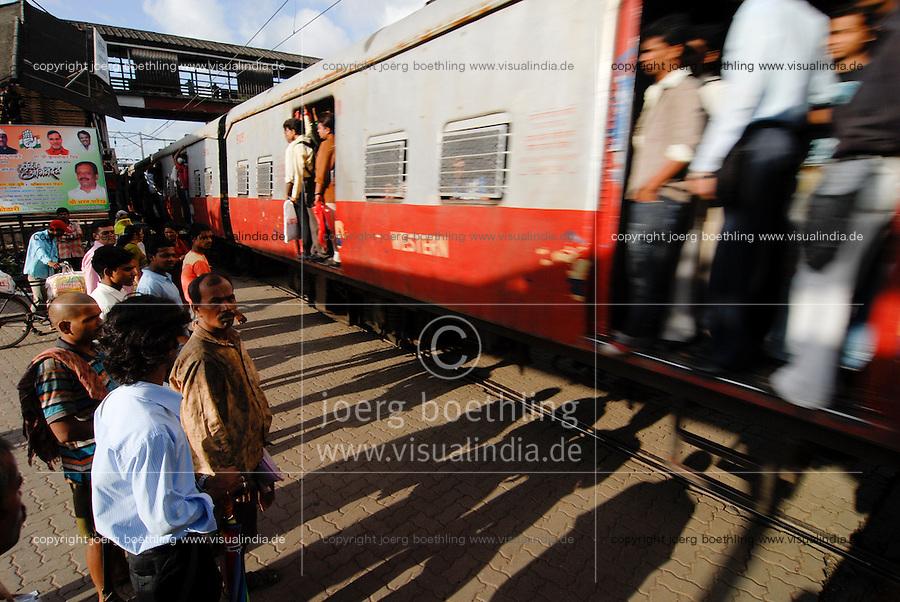 INDIA Mumbai, commuter in city train of western railways / INDIEN Bombay , S-Bahn Zuege befoerdern taeglich Millionen von Pendlern zwischen Zentrum und Suburbans