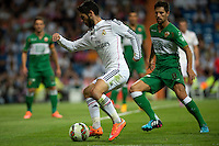 MADRID - ESPAÑA - 23-09-2014: Isco (Izq.) jugador de Real Madrid disputa el balon con Arian (Der.) jugador de Elche durante partido de la Liga de España, Real Madrid y Elche en el estadio Santiago Bernabeu de la ciudad de Madrid, España. / Isco (L) player of Real Madrid vie for the ball with Arian (R) player  of Elche during a match between Real Madrid and Elche for the Liga of Spain in the Santiago Bernabeu stadium in Madrid, Spain  Photo: Asnerp / Patricio Realpe / VizzorImage.