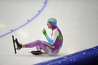 SCHAATSEN: HEERENVEEN: IJsstadion Thialf, 3-11-2012, Trainingswedstrijd Thialf, Mark Tuitert gaat onderuit, ©foto Martin de Jong