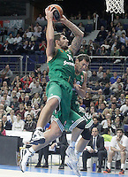 Panathinaikos Athens' Esteban Batista (l) and Janis Blums during Euroleague match.January 22,2015. (ALTERPHOTOS/Acero) /NortePhoto<br />