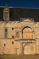 Europe/France/Midi-Pyrénées/46/Lot/Assier: le Château - le grand portail de la façade extérieure