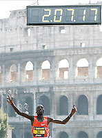 Il kenyota Benjamin Kiptoo Koulum taglia il traguardo della Maratona di Roma, al Colosseo, 22 marzo 2009..Benjamin Kiptoo Koulum of Kenya crosses the finishing line of the Rome's Marathon, 22 march 2009 at the Colosseum..UPDATE IMAGES PRESS/Riccardo De Luca