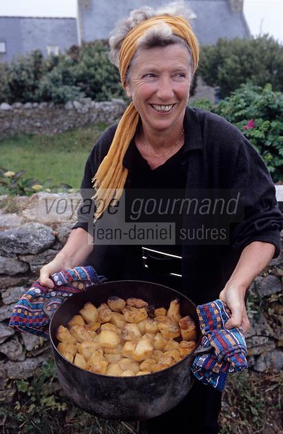 Europe/France/Bretagne/29/Finistère/Ile d'Ouessant: Odile Thomas du Ti Jan Ar Ch'Afé prépare son ragout sous les mottes [Non destiné à un usage publicitaire - Not intended for an advertising use]