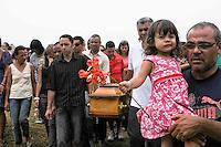RIO GRANDE DA SERRA, SP, 08 FEVEREIRO 2012 - ENTERRO VITIMA EDIFICO SENADOR - Enterro de Patricia Alves de Lima, 25, vitima do no Cemitrio Sao Sebastiao em Rio Grande da Serra na grande São Paulo. Patricia é uma das vítimas do Edifício Senador, onde as lajes das salas de final 4 de 13 andares desabaram anteontem, no centro de São Bernardo do Campo, no ABC paulista. (FOTO: ADRIANO LIMA - NEWS FREE).