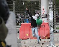 BOGOTÁ - COLOMBIA, 21-11-2018:Disturbios en predios de la Universidad Nacional,encapuchados se enfrentaron al SMAD de Policia Nacional por la calle 26 con piedras y bombas Molotov por más de cinco horas. /Riots at the National University, hooded men clashed with the National Police with stones and Molotov bombs. Photo: VizzorImage / Felipe Caicedo / Satff