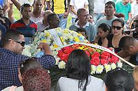 RIO DE JANEIRO, RJ, 17.11.2014 - ENTERRO MORTE EXPLOSAO POSTO DE GASOLINA - Enterro de Mateus Magno Rosani de Oliveira, de 9 anos, e Gustavo de Souza Oliveira, de 8, no Cemitério de Irajá, na zona norte do Rio de Janeiro, nesta segunda-feira. O dois primos morreram na noite de sábado, 15, após uma explosão em um veículo em um posto de combustível na Avenida Pastor Martin Luther King Jr., na zona norte do Rio. De acordo com integrantes do Corpo de Bombeiros que atenderam à ocorrência, o cilindro de GNV (gás natural veicular) do carro em que as crianças estavam pegou fogo e explodiu quando era abastecido. Não houve condições de socorrer os meninos, que morreram no local. (Foto: Celso Barbosa / Brazil Photo Press)
